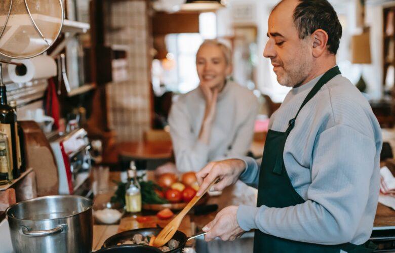 Mann beim kochen